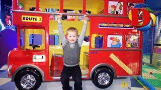 Катаемся на машинке аттракционе - Транспорт для детей / Поем детскую песенку Wheels on the bus song