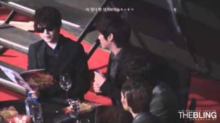 [fancam] 101209 SHINee jonghyun shows how to pour water @ 2010 Golden Disk Awards