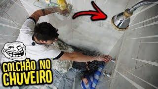 COLOQUEI O COLCHÃO DA MINHA AMIGA NO CHUVEIRO !! - TROLLANDO MINHA AMIGA !! [ REZENDE EVIL ]