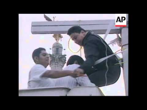 MEXICO : POLICE OFFICER CRUCIFIES HIMSELF IN PROTEST AT CORRUPTION
