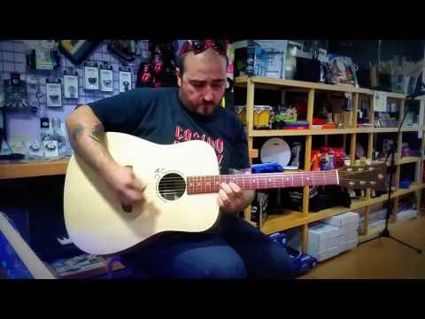 Pedro León en Exit Music tienda instrumentos Illescas probando Conde De Paz Luthier