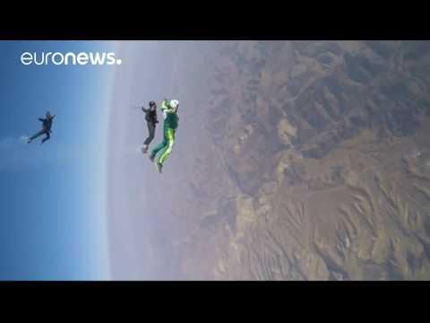 [VIDEO] Luke Aikins fait un saut de 7,6 km sans parachute en Californie.