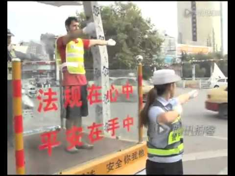 American plays traffic cop in Jiangxi province, China