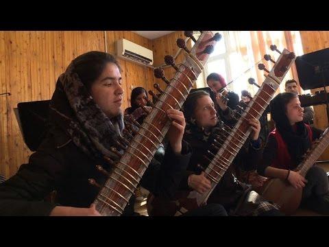 اول اوركسترا نسائية بالكامل في افغانستان تعزف امام كبار العالم
