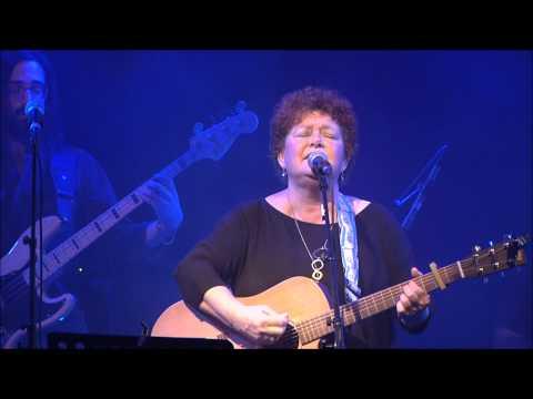 חתיכת שמיים - איציק יונה בגיטרה - לאה שבת בהופעה