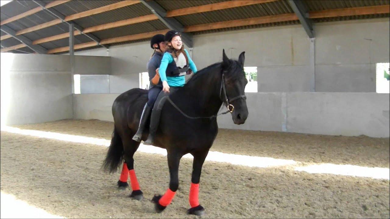 Twee meisjes op een paard youtube - Kamer paard meisje ...