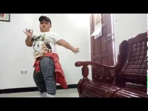 رقص طفل سمين علي اغنية ديسباسيتو - يخليك توقف تعمل متله thumbnail