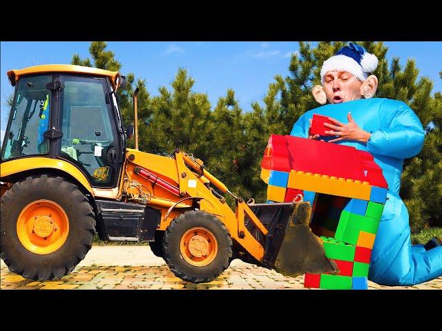 Трактор привёз Лео и папе цветные блоки для весёлой игры