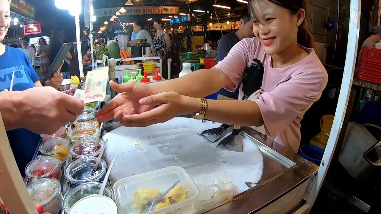 Màn làm kem cuộn hấp dẫn nhất ở chợ đêm Phú Quốc