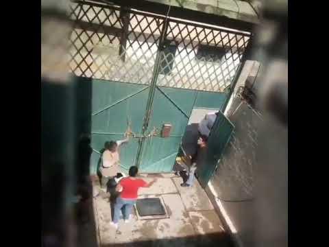 Hombre golpea a madre con Garrafón
