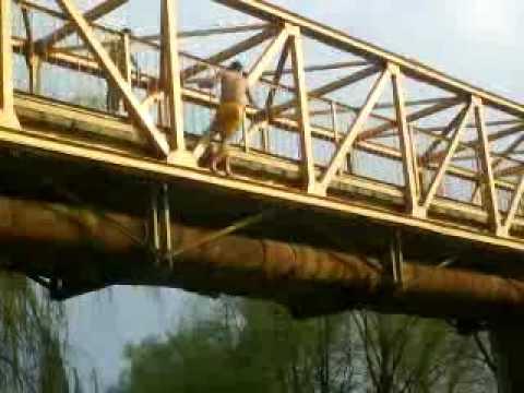 Acelasi nebun sare de pe pod