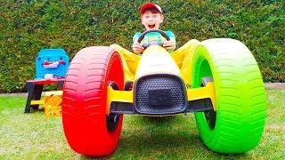 Ruedas de colores en el coche de Ali
