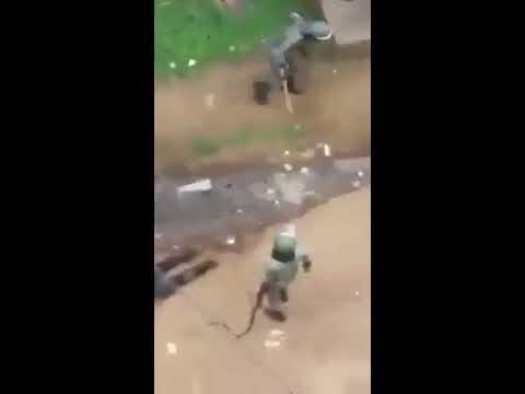 la Police Camerounaise torture des étudiants soupçonnés d'avoir participé à une manifestation.
