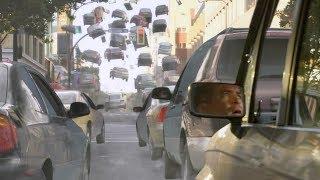 【穷电影】男子正在开车,突然发现前面的车子都飘了起来,整个人被吓到了