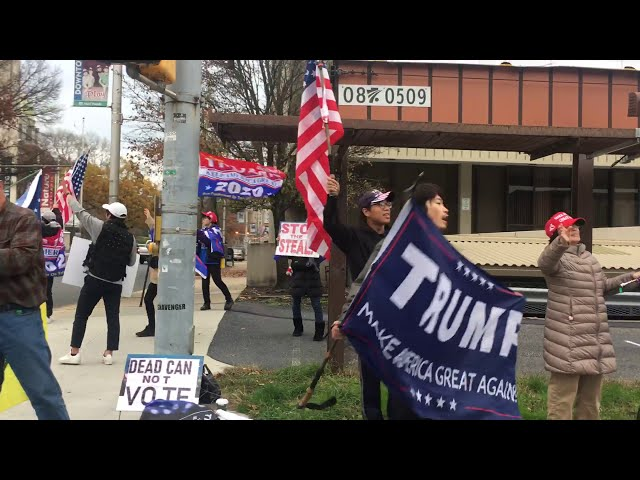 "宾州哈里斯堡民众高唱""ENDCCP""      People in Harrisburg, Pennsylvania singing loudly ""Endccp"""