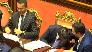 Governo Conte, applausi e pacche sulle spalle con Di Maio e Salvini