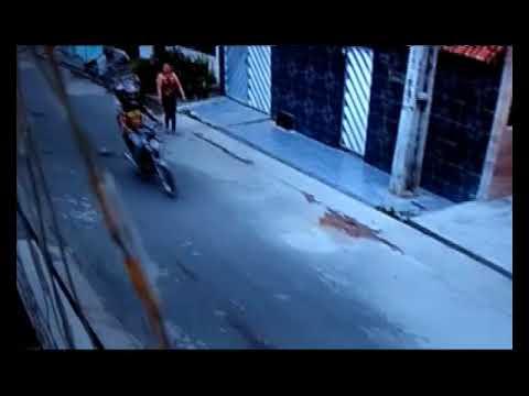 Casal usa motocicleta e arma de fogo para fazer arrastão contra moradores