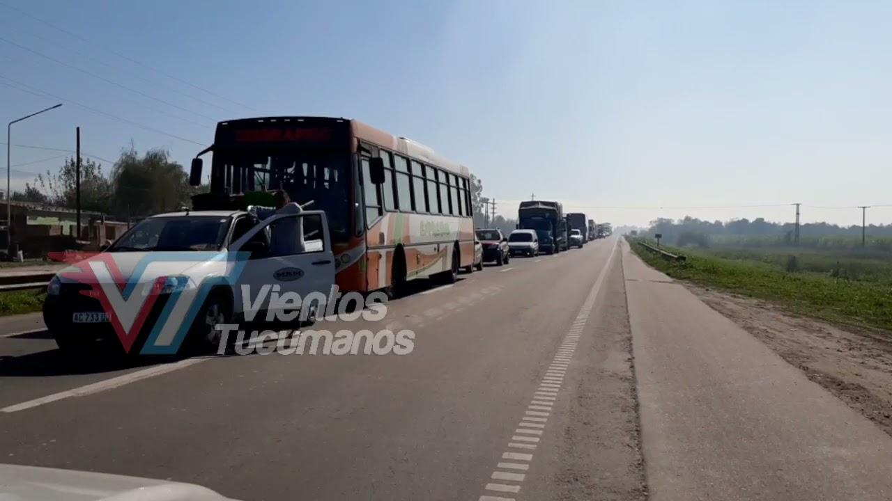 Tucumán: Cientos de vehículos esperan pasar en un corte de ruta