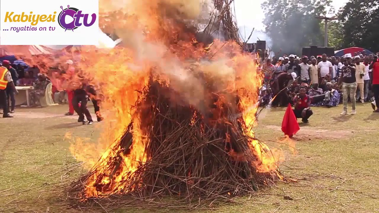 Download MYSTERY EGUNGUN SET ON FIRE!!!  SURPRISED ALAAFIN SPRAYED HIM MONEY - You haven't seen this before!