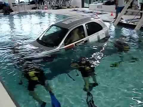 Journ e voiture l 39 eau la piscine de mons 2 youtube for A la piscine translation