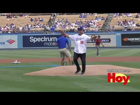 Edward James Olmos lanza en Dodger Stadium