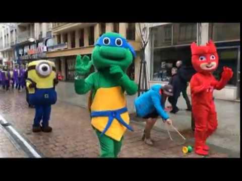Los murguistas de Santoña resisten la lluvia en el pasacalles previo al desfile del Carnaval