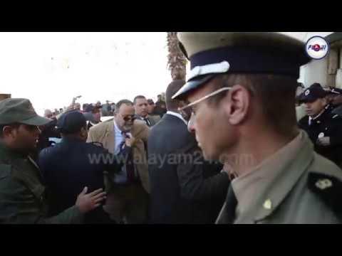 لحظة تعنيف القوات المساعدة للملياردير فوزي الشعبي و إسقاطه أرضا