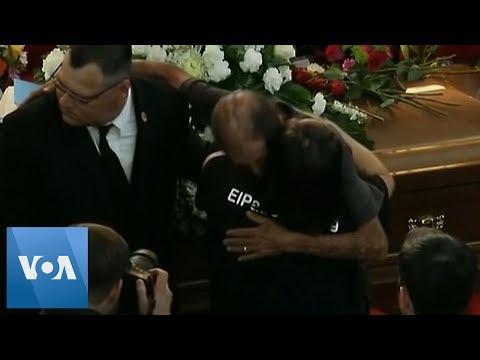 Miles de personas arropan al viudo de una víctima de El Paso que temía estar solo en el funeral