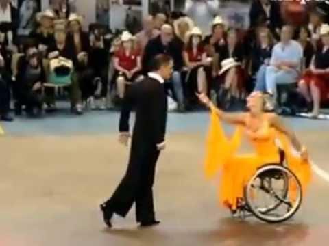 Il cagnolino in sedia a rotelle corre come tutti gli al for Film sedia a rotelle