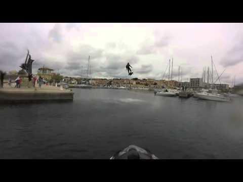 Un hombre bate récord de distancia en patineta voladora