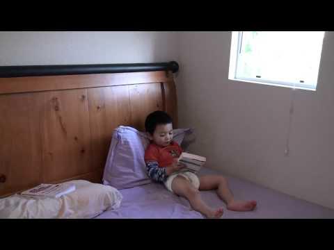 辰辰两岁半---自己偷着爬到大人床上'读书'