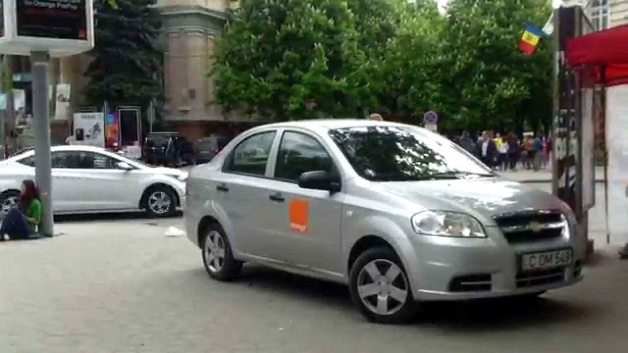 Un polițist sună la 112 pentru o mașină Orange pe trotuar