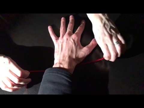 Как правильно завязать красную нить на запястье?