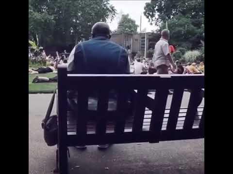 Şarkı söyleyen adama parkta oturanlar eşlik ediyor park korosu