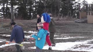 2011.12.01 「スキーブーツ歩きにくい」を大げさにやるドアラ thumbnail