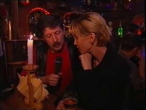 Рыжая девушка в клубе — img 12