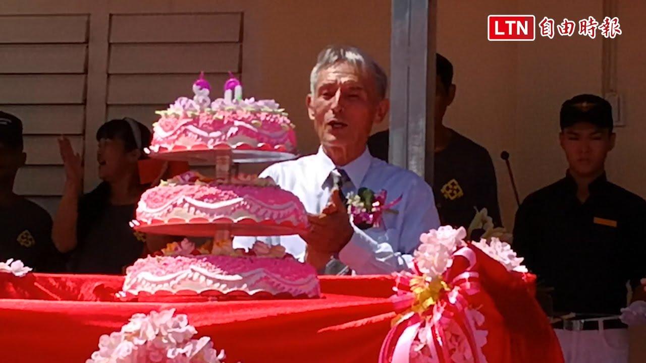 二手物流館浴火重生!劉一峰神父切80歲蛋糕「感謝台灣人的慷慨」