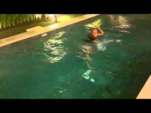 В одежде в бассейн!!!