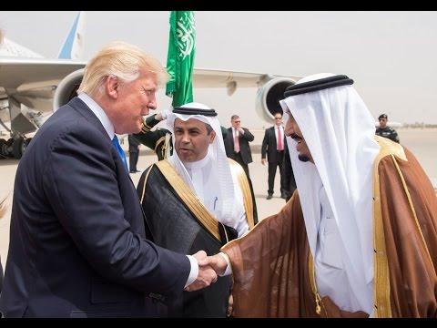 لحظة استقبال الملك السعودي سلمان بن عبد العزيز للرئيس الأمريكي دونالد ترامب في مطار الرياض