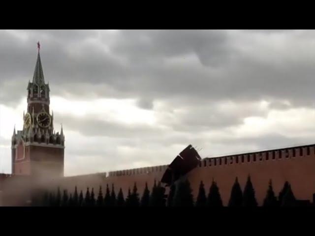Ветер повредил Кремль, наводнения топят машины: последствия урагана в крупных городах России