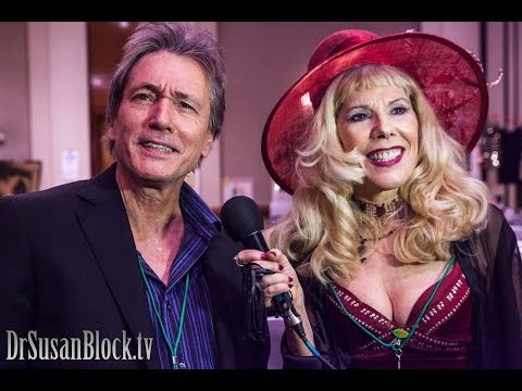 """Scott Colomby of """"Porky's"""" talks to Dr. Susan Block at the Hollywood Show"""