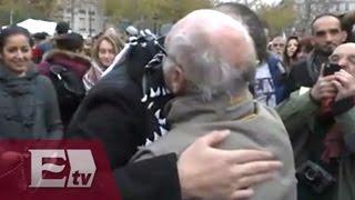 Ataques en París: Musulmán da abrazos en la Plaza de la República/ Hiram Hurtado