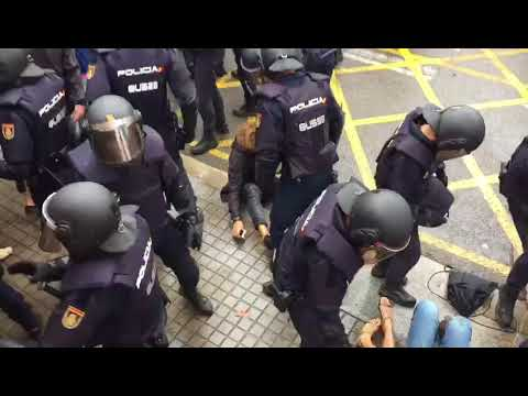 Spanish Police attacks people brutally in Barcelona (Dolors Monserdà)