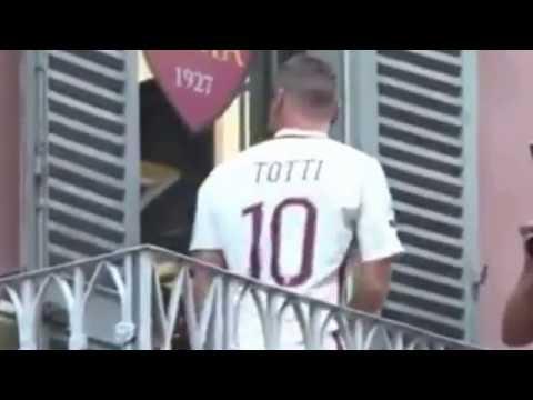 Totti si affaccia dal balcone e Nainggolan lo chiude fuori!!! - Presentazione maglia away 2016/2017