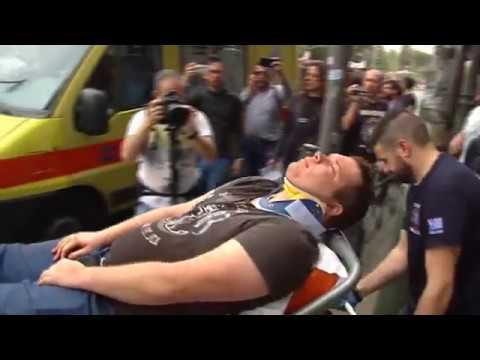 16 4 2018 Atene, brutale aggressione della polizia greca a...