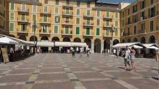 Mallorca: Im Trubel der Altstadt von Palma de Mallorca. In the hustle and bustle of the old town