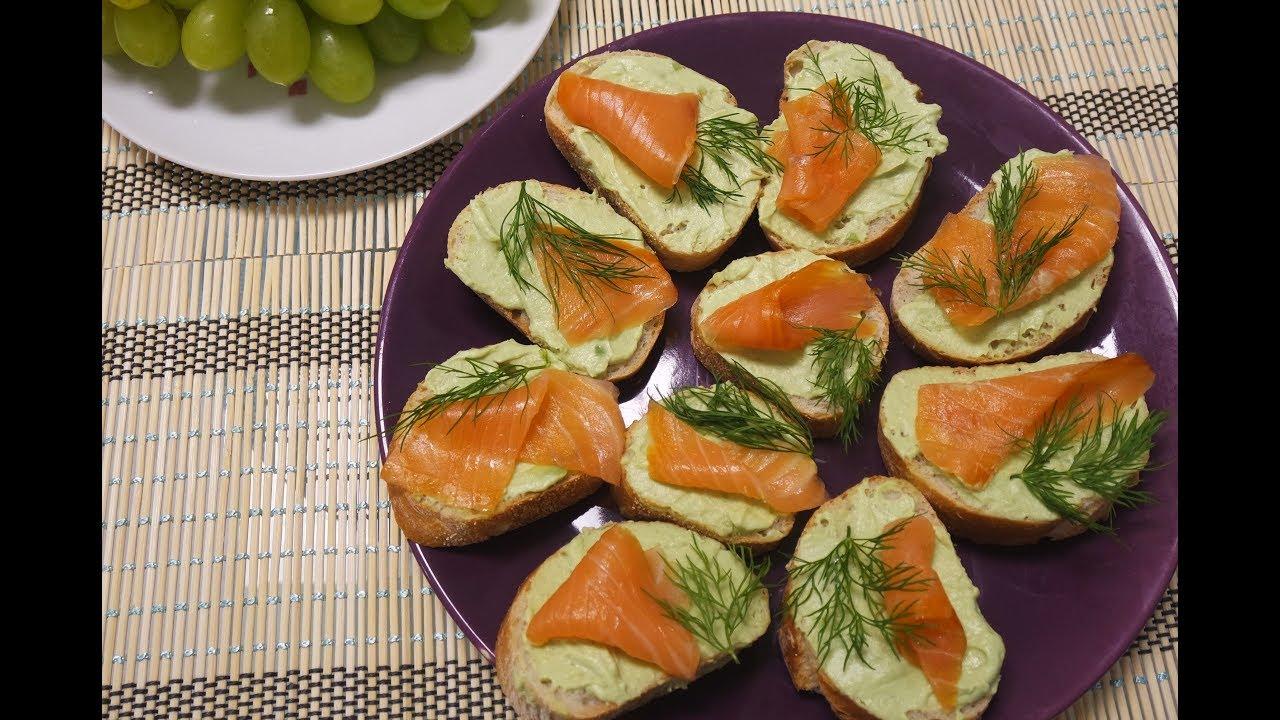Закуска на праздничный стол: бутерброды с нежнейшей пастой из авокадо и красной рыбой