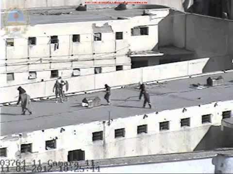 Reclusos en el techo de la penitenciaría de Boulogne Sur Mer