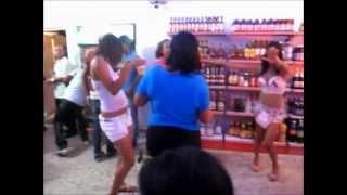 la chica senxual  bailando junto a amigas  santo domingo febrero 2012