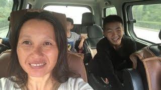 在学校呆了一夜,清香终于带小猪回家了,这下娘俩开心坏了